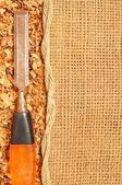 Stary stalowe dłuta na trociny płatki ułożone dzienników worek — Zdjęcie stockowe