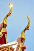 деталь крыши богато украшенные храма в бангкоке — Стоковое фото