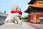 Leão chinês de pedra escultura no templo chinês — Foto Stock