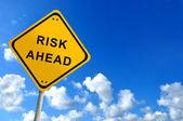 Risiko voraus verkehrszeichen auf bluesky — Stockfoto
