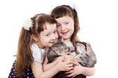 Souriant jumeaux fille avec un chat — Photo