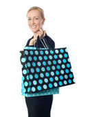 Noktalı alışveriş çantası ile poz kadın kıdemli — Stok fotoğraf