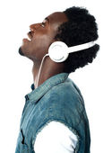 Un joven guapo con auriculares — Foto de Stock