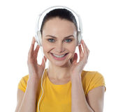 Pretty young female enjoying music — Stockfoto