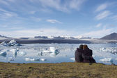 Enjoying the icebergs in Jokulsarlon, Iceland — Foto Stock