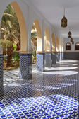 Courtyard with arches and tiles in Moroccan style — Stock Photo