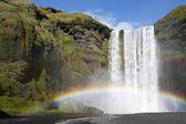 Regnbåge på vattenfall — Stockfoto