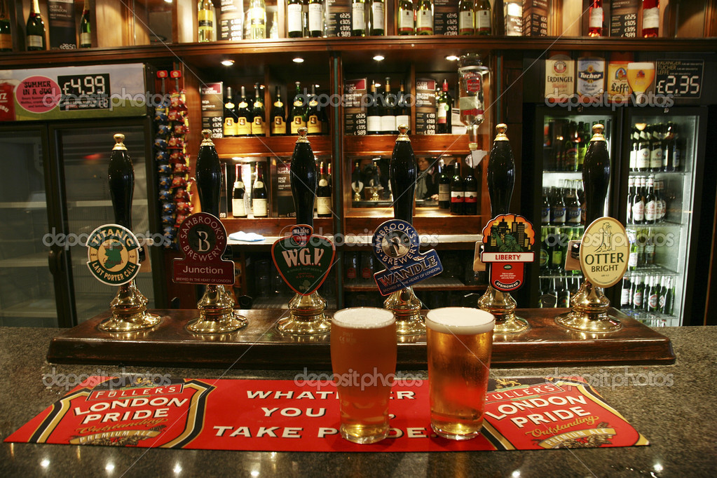 London, UK - September 06, 2010: Inside view of a public house, known as pub, for drinking and socializing, is the focal point of the community, Pub business, now about 53,500 pubs in the UK, has been declining every year. — Stock Photo #9727810