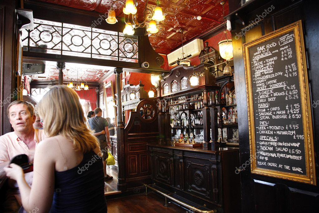 London, UK - June 26, 2011: Inside view of a public house, known as pub, for drinking and socializing, is the focal point of the community, Pub business, now about 53,500 pubs in the UK, has been declining every year. — Stock Photo #9728194