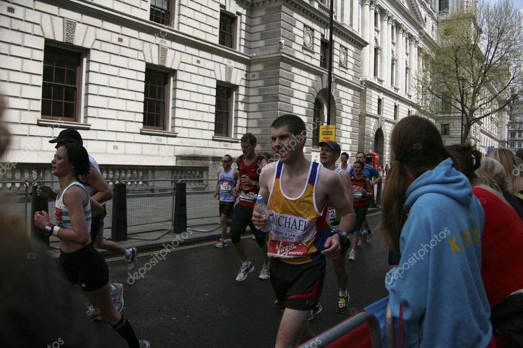 London, UK - April 25, 2010: Runners in the London Marathon. The London Marathon is next to New York, Berlin, Chicago and Boston to the World Marathon Majors, the Champions League in the marathon. — Stock Photo #9739340