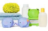 Babyartikel bad isoliert: handtücher, spielzeug, schwamm, thermomete — Stockfoto