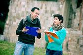 Två studenter på park med böcker på händer — Stockfoto