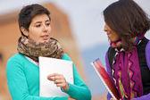 Dois estudantes universitários no parque com livros nas mãos — Foto Stock