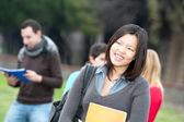 Multikulturní vysokoškoláků na park — Stock fotografie