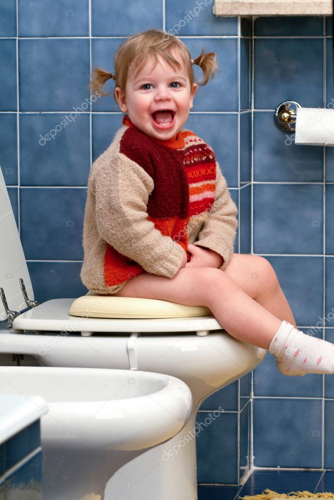 Little girl on the toilet that makes funny faces — Stock Photo #10035794