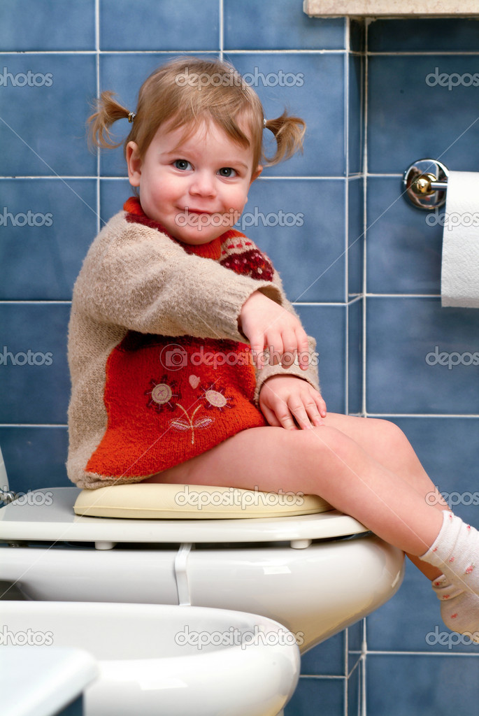 Little girl on the toilet that makes funny faces — Stock Photo #10035849