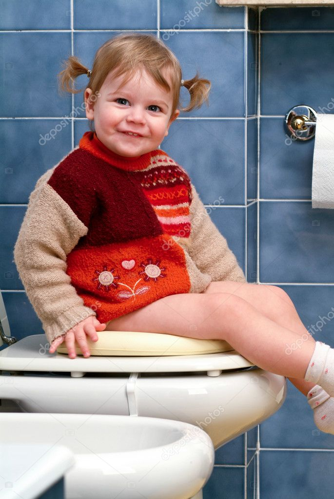 Little girl on the toilet that makes funny faces — Stock Photo #10035862