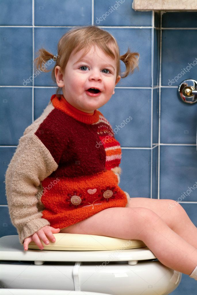 Little girl on the toilet that makes funny faces — Stock Photo #10035883