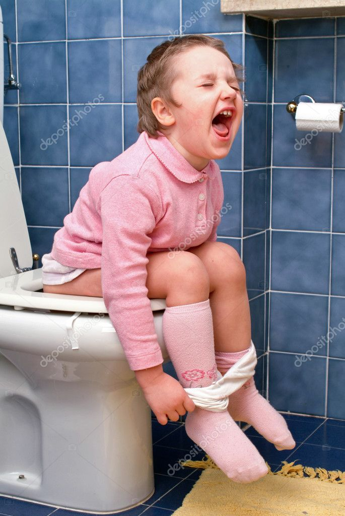Little girl on the toilet that makes funny faces — Stock Photo #10036023