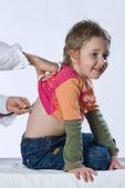 聴診器で子 — ストック写真