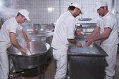 Dairymen, którzy przygotowują mozzarella — Zdjęcie stockowe
