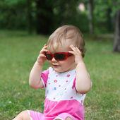 Baby girl wearing sunglasses — Stock Photo