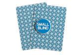 Kleine blind over casino kaarten op wit — Stockfoto