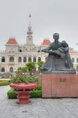 памятник хо ши мину с ребенком — Стоковое фото