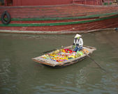 Floating Produce Market in Halong Bay — Stock Photo