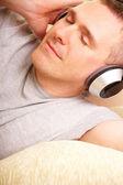 Mann, die mit Kopfhörern Musik hören — Stockfoto