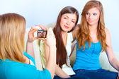 Tre tjejer tar bilder — Stockfoto