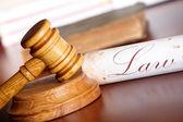 Rechters hamer met oud papier — Stockfoto