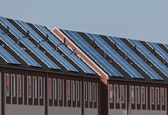 A new row of townhouses with solar panels attached — 图库照片