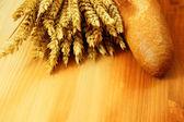 Pão e trigo cru — Foto Stock