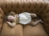 Jeune fille endormie, allongée sur un divan 2 — Photo
