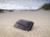 Billfold on the beach — Stock Photo
