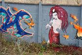 Bir grafiti üzerinde çıplak kız — Stok fotoğraf