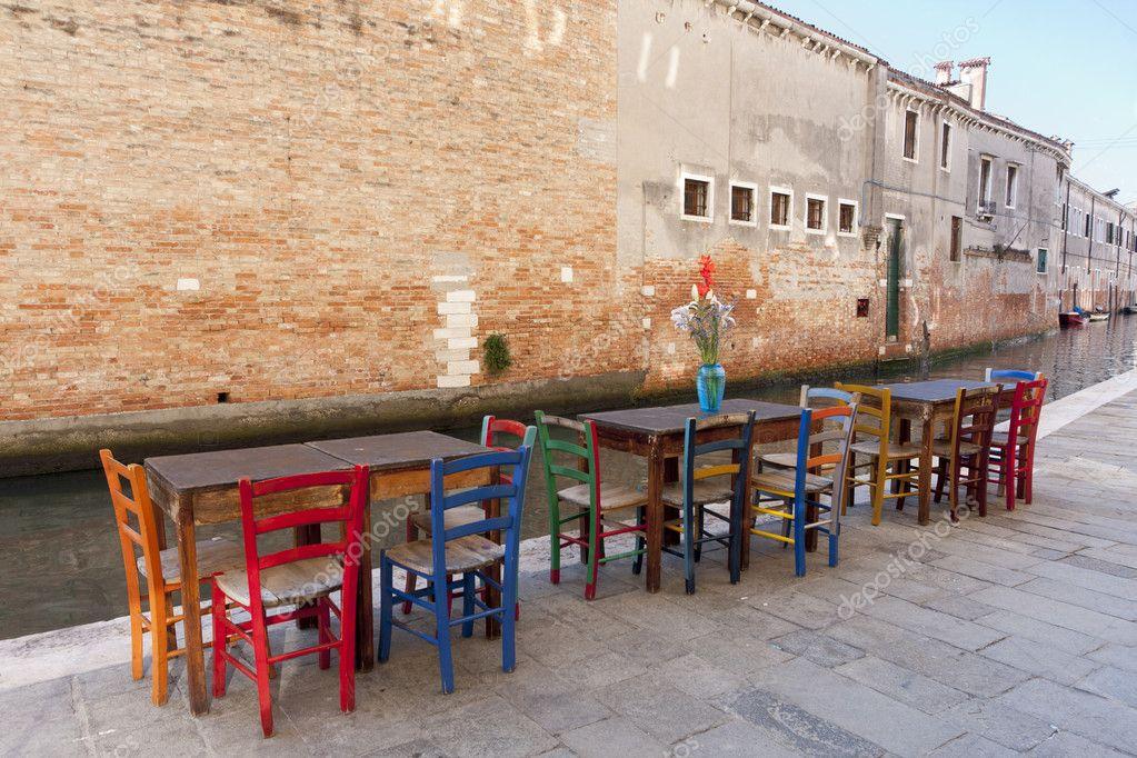 Fila di tavoli e sedie colorate foto stock allg 9869977 - Tavoli colorati ...