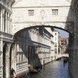 Couple in love is kissing under the Bridge of Sighs — Stock Photo