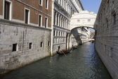 Gondolas under the Bridge of Sighs — Stock Photo