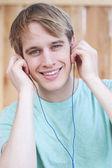 Zbliżenie młody mężczyzna słuchania muzyki — Zdjęcie stockowe