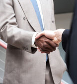 African American businessman shaking hands with caucasian busine — Foto de Stock