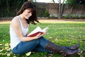 Jovencita leyendo en un parque — Foto de Stock