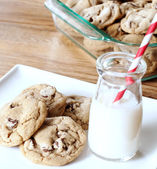 Chocolate chip cookies with a glass of milk — Stock Photo