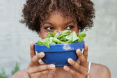 Pretty African American woman with salad, healthy lifestyle — Stockfoto