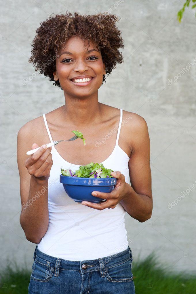 漂亮的非洲美国女人与健康的沙拉
