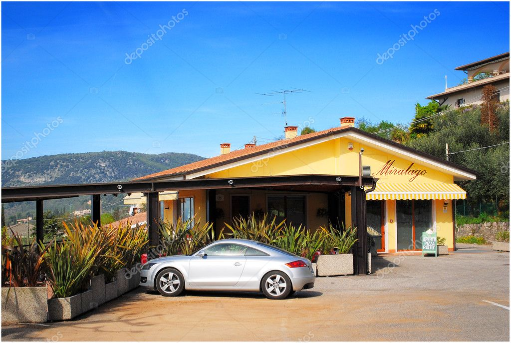 Car against the house — Stock Photo #9888613