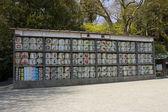 étagères avec sacrificiels barriques de vin de saké — Photo