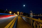 Ponte com trilhas de luz na noite. — Foto Stock