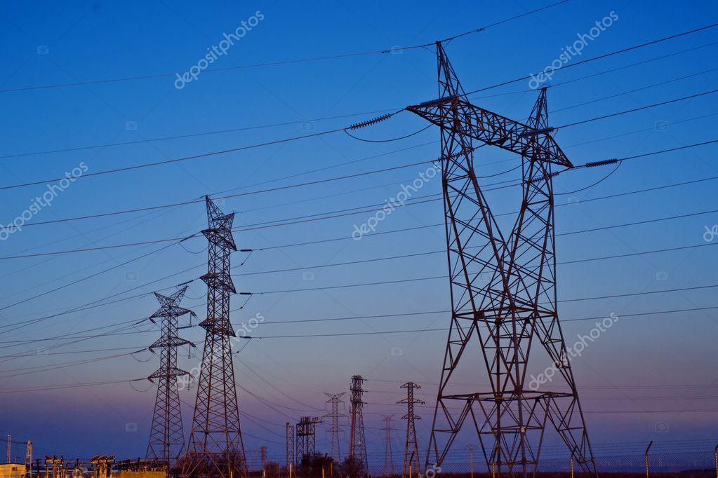日落时塔和电线的安装– 图库图片